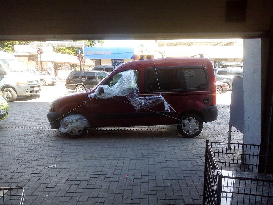 В Калининграде отомстили припарковавшемуся перед магазином водителю (фото)