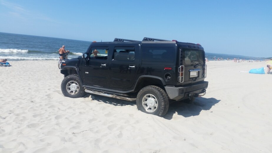Калининградцы пожаловались на припаркованный посреди пляжа Hummer