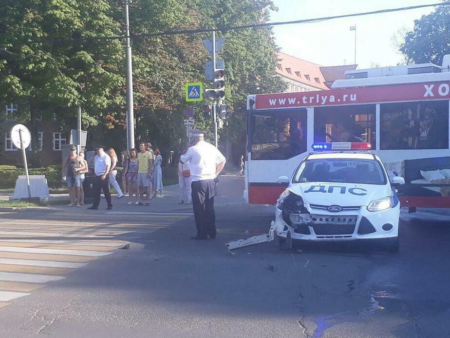 Легковушка протаранила машину ДПС напротив музыкального фонтана Калининграда (фото)