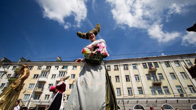Конь оригами, земной шар и кораблики: в Калининграде состоялось театрализованное шествие (фото, видео)
