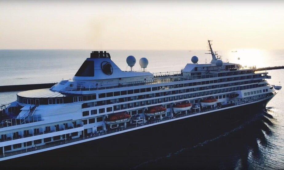 Выход 200-метрового круизного лайнера из порта Балтийска (видео с дрона)