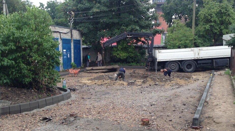 В Зеленоградске стихийную парковку в Московском переулке соединят с официальной автостоянкой