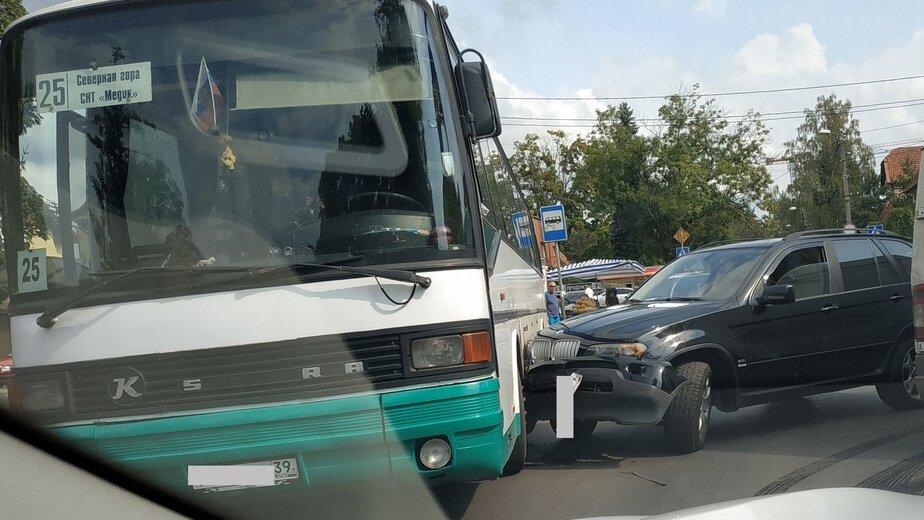 На ул. Герцена из-за столкновения BMW и автобуса образовалась пробка