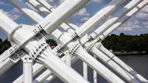 На берегу Преголи самые высокие в стране стилизованные опоры ЛЭП устанавливает 500-тонный кран