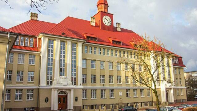 Башенка с часами и умные совы: история университетского корпуса на Чернышевского