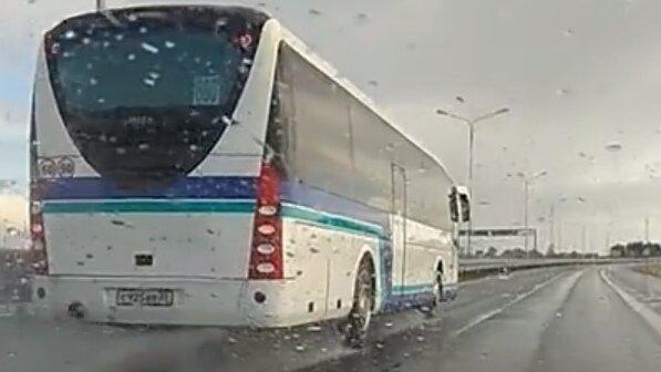 """Очевидцы сняли на видео мчавшийся по мокрой трассе автобус """"Калининград — Гусев"""""""