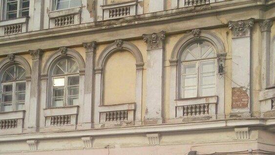 В Калининграде отремонтируют памятник архитектуры на ул. Грига, с которого обвалилась лепнина