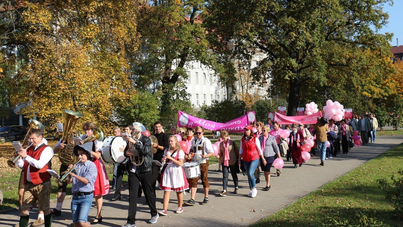 Участники марша против рака прошли по улицам Калининграда в сопровождении оркестра
