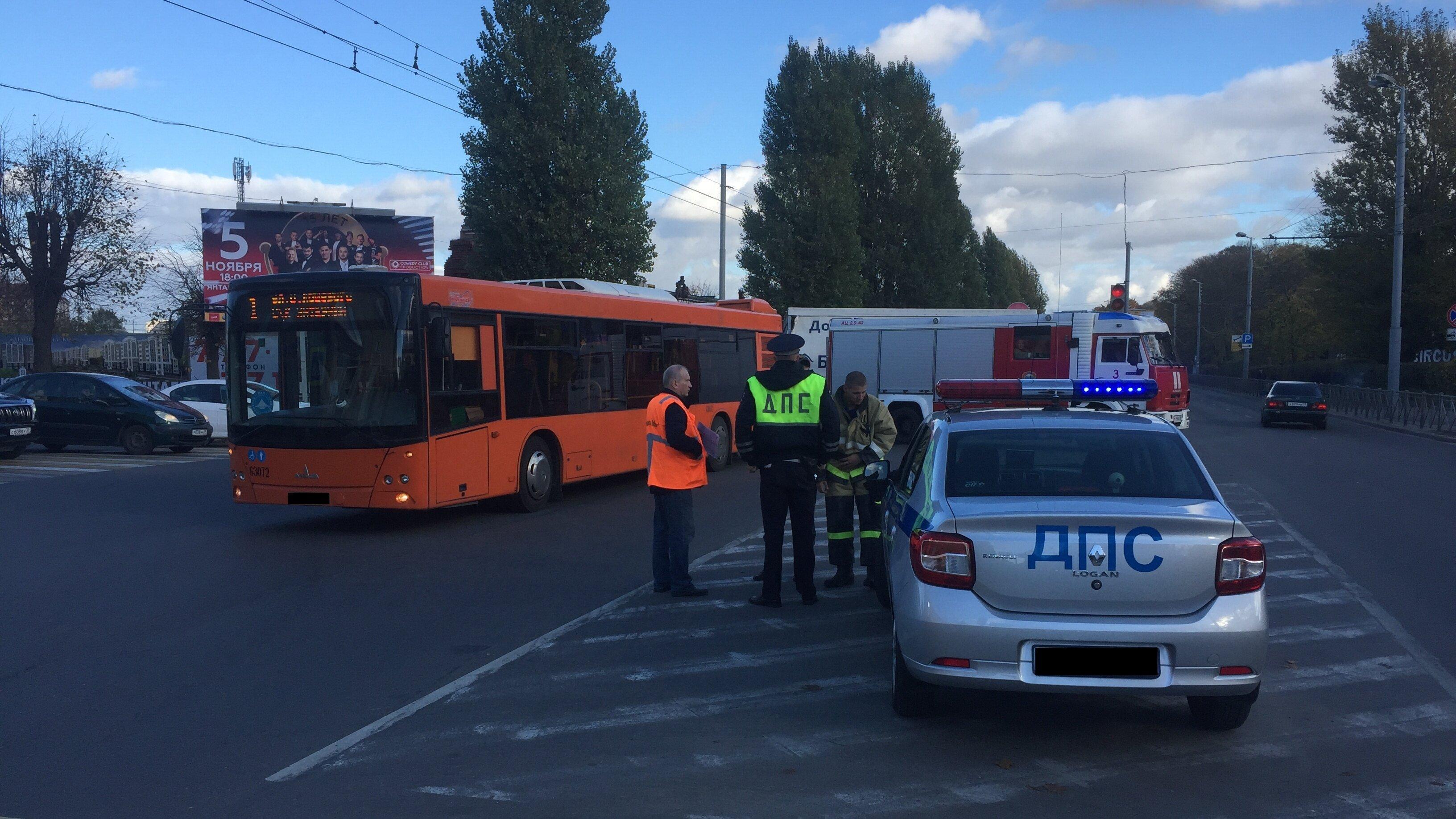 На проспекте Калинина ДТП с автобусом и пожарной машиной стало причиной пробки