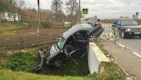 Под Черняховском Mercedes упал с моста из-за выбежавших на дорогу школьников