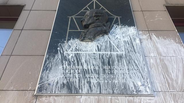 Вандалы облили краской мемориальную доску Канта на Ленинском проспекте (фото)