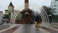 На площади Победы впервые монтируют новогодние инсталляции (фото)