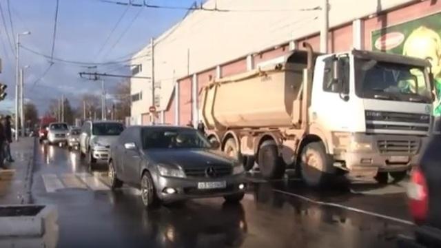 Опубликовано видео с места ДТП на Южном вокзале со сбившим пенсионерку грузовиком