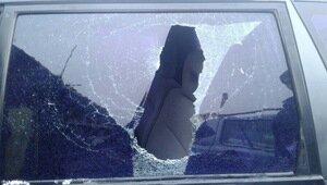 Во дворе на ул. Громовой неизвестные обстреляли окна машины (фото)