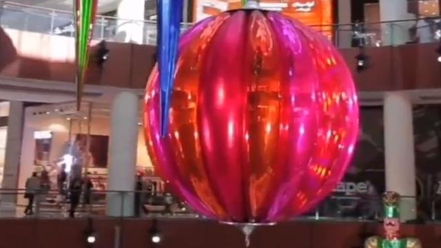 Торговый центр в Дубае украсили самым большим новогодним шаром в мире (видео)