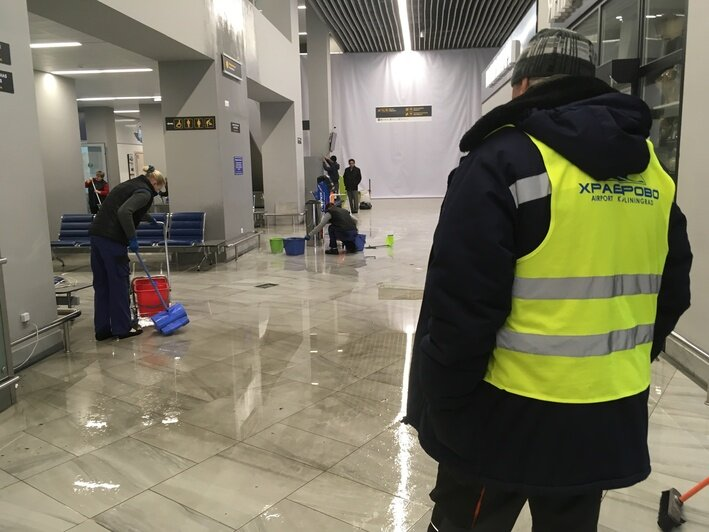 """В аэропорту """"Храброво"""" с потолка льёт вода, залы затоплены (обновлено) - Новости Калининграда"""