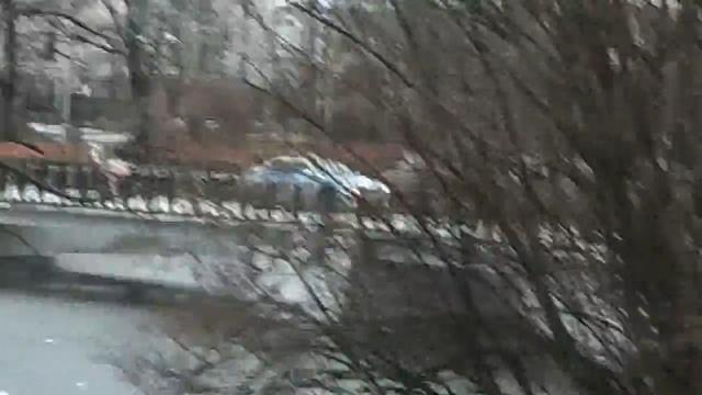 На Нижнем озере автомобиль ДПС проехал по пешеходному мосту (видео)