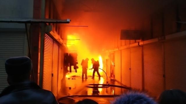 Очевидцы сняли на видео, как тушили пожар на рынке