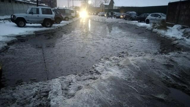 В Калининграде затопило дорогу к заводу