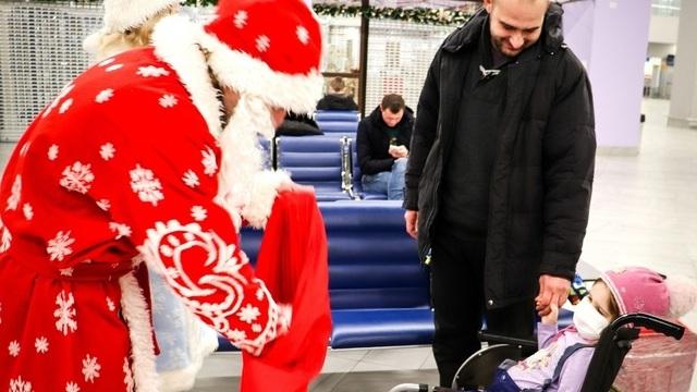 Дед Мороз приехал к улетавшей в Москву на лечение пятилетней калининградке прямо в аэропорт