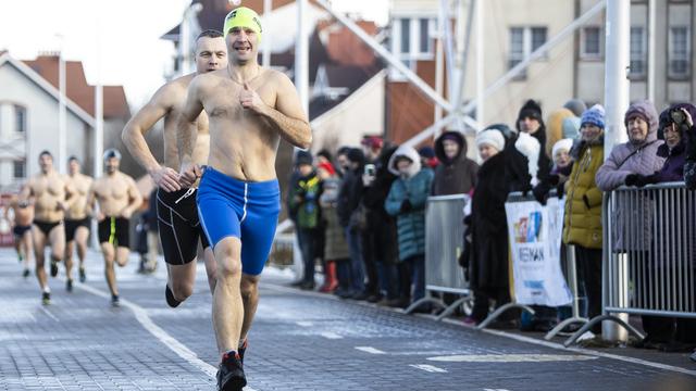Двухметровые волны и 58-летний участник: как в Зеленоградске прошёл триатлон (фоторепортаж)