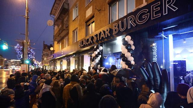 В Калининграде десятки человек собрались на открытии Black Star Burger