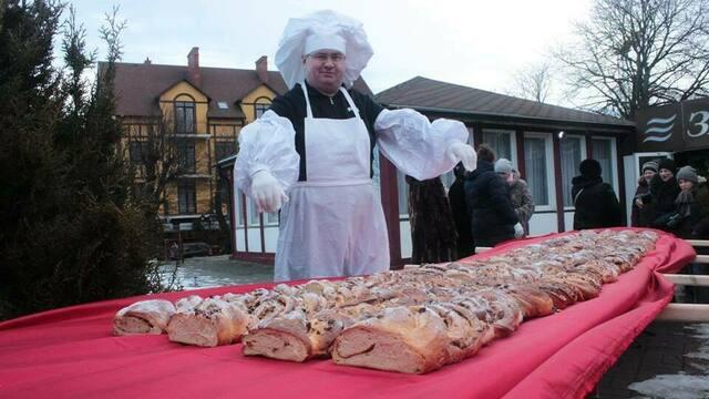 В Зеленоградске испекли 50-метровый кранцевский пирог весом 100 кг (фото)