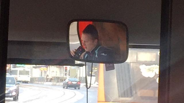 Сам себе контролёр: в Калининграде водитель автобуса ехал, не отрываясь от телефонной трубки