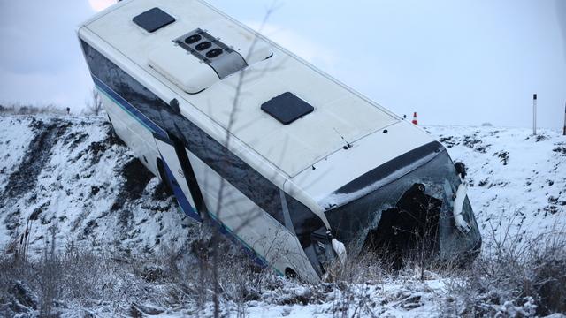Под Черняховском пассажирский автобус столкнулся с фурой и опрокинулся в кювет