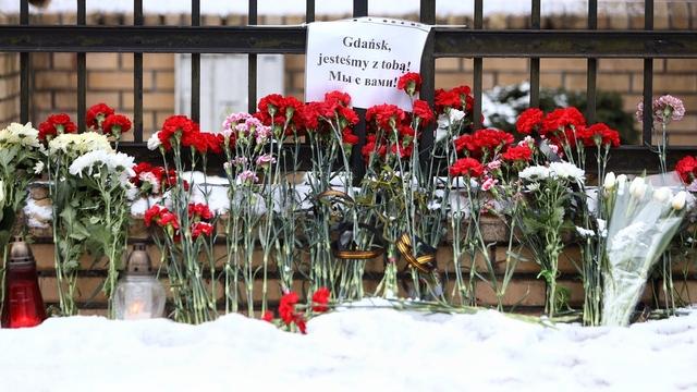 Калининградцы несут цветы к консульству Польши в связи со смертью мэра Гданьска