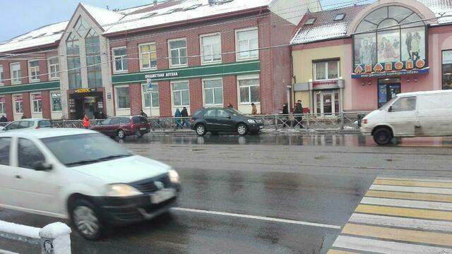 На ул. Черняховского из-за столкновения внедорожника и такси встали трамваи