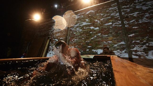 Поесть за два часа и не пить спиртного: МЧС опубликовало рекомендации перед крещенскими купаниями