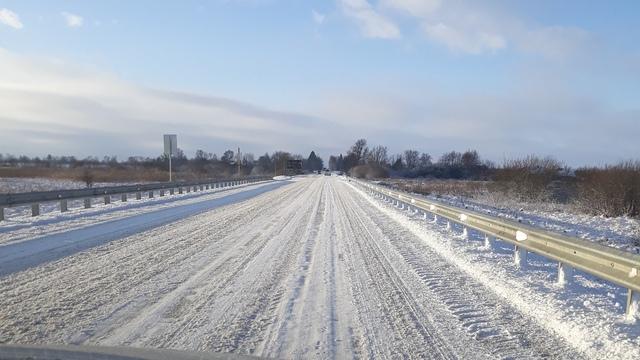 Очевидцы: часть дорог Калининградской области не почистили от снега и льда (фото, видео)