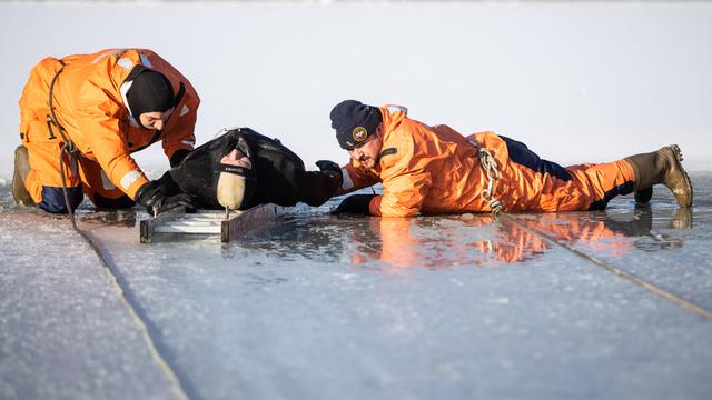 В Калининграде сотрудники МЧС показали как спасти провалившегося под лёд (фоторепортаж)