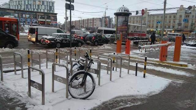 Мэрия Калининграда ищет хозяина велосипеда, припаркованного у здания администрации с ноября прошлого года