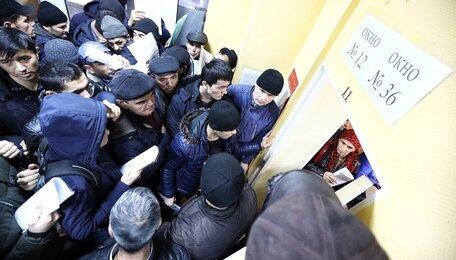 В миграционной службе на ул. 9 Апреля образовалась давка в очереди на подачу документов (фото, видео)