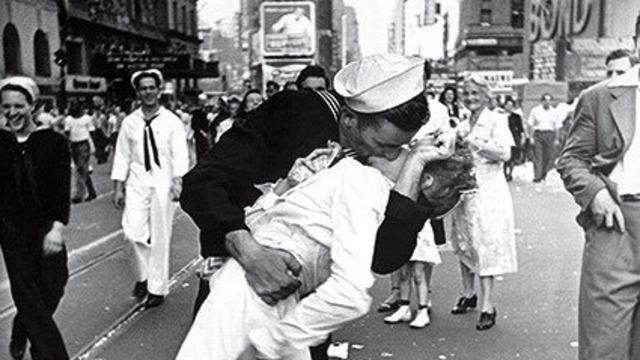 """В США скончался моряк Джордж Мендонса с фотографии 1945 года """"Поцелуй на Таймс-Сквер"""""""