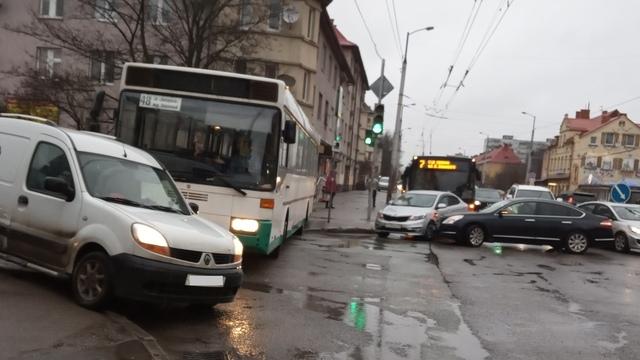 В Калининграде автобус перекрыл движение транспорта по ул. Горького (фото)