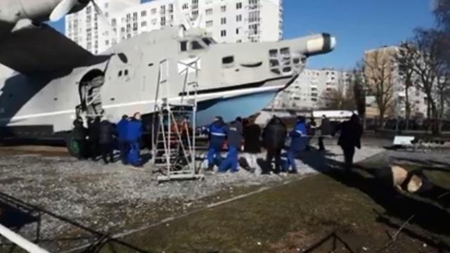 В Музее Мирового океана сняли перемещение вручную самолёта из экспозиции (видео)