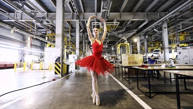 Балерина за сценой на заводе