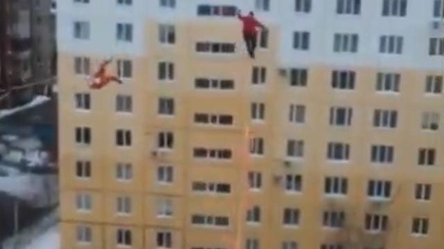 Экстремалы из Уфы прошли по канатам, натянутым между десятиэтажками (видео)