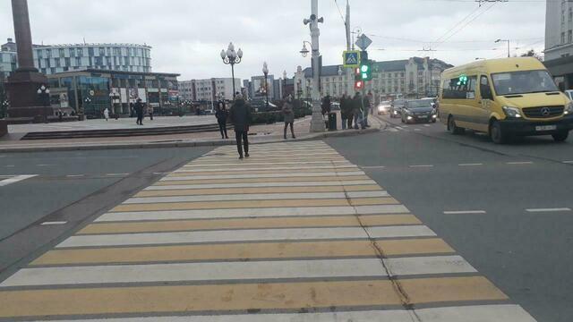 Сам себе гаишник: на пл. Победы светофор путает пешеходов, а на Окружной — водителей