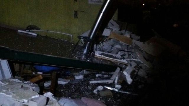 На ул. Приозёрной в Калининграде взрывом разрушило пристройку к частному дому (фото)