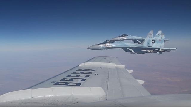 Российские истребители сопроводили самолёт Шойгу в небе над Сирией (видео)