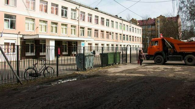 В Калининграде мэрия инициирует проверку деятельности УК, которая не убрала мусор с территории у школы №39