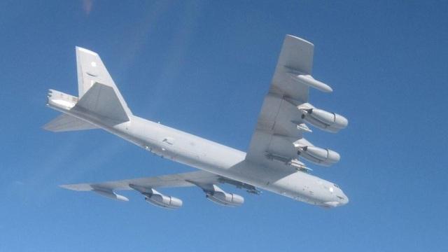 Пилот российского истребителя сфотографировал оснастку бомбардировщика США в небе над Балтикой