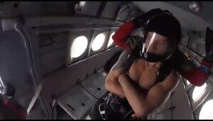 Калининградец установил мировой рекорд, прыгнув в шортах с самолёта в Якутии (видео)