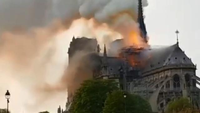 Во Франции загорелся собор Парижской Богоматери (обновлено)