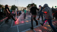 В сквере у ДКМ в Калининграде включили поющий фонтан (видео)