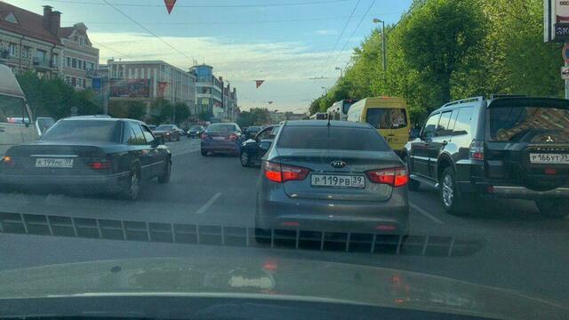 Центр Калининграда накануне майских выходных встал в девятибалльных пробках